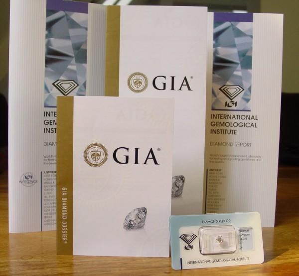 Unsere Diamanten sind alle mit einem neuen Zertifikat des GIA, IGI oder HRD ausgestattet. Die Zertifikate-Expertisen dieser drei Institute sind weltweit anerkannt!