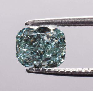 Ein blau-grüner Diamant mit 0,54 Karat und starker Farbsättigung (Fancy Intense) durch aktuelles GIA-Zertifikat bestätigt.