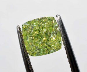 Fancy Intense Yellow Green Diamant mit 0,75 Karat in VS2 Reinheit. Das Zertifikat stammt vom renommierten  GIA in den USA.