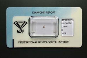 Ein ganz kleiner Diamant mit eigenem IGI Zertifikat und in original IGI Versiegelung.