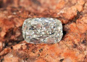 Ein beeindruckend schöner und großer Diamant im Kissenschliff. Seine Brillanz (Funkeln) und Feuer (Farbenspiel) werden Sie bestimmt begeistern!