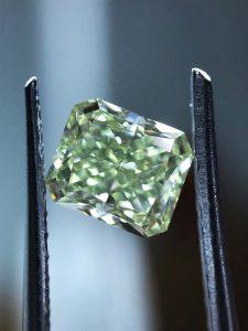 Je nach Beleuchtung, variert seine grüne Farbe etwas. Als aussichtsreiche Kapitalanlage oder beeindruckender Schmuckdiamant für einen tollen Ring?