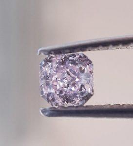 Ein kleiner Diamant, in einer sehr schönen und warmen pinken Farbe – mit ganz toller Brillanz und Feuer! Ein Diamant zum verlieben!