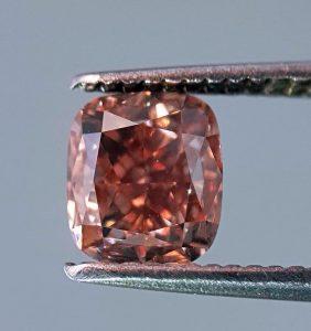 Ein pinker Einkaräter Fancy-Diamant in einer echten WOW-Farbe! Ganz selten und sehr wertvoll.