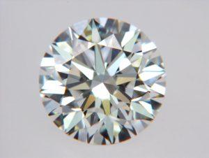 Dies ist ein Foto des Diamanten in geschliffener Form, in seiner vollen Schönheit.