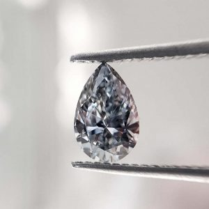 Ein natürlicher und unbehandelter, fancygrauer Diamant im eleganten Tropfenschliff.