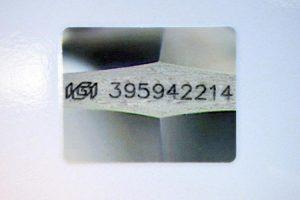 Zur Sicherheit, z.B. vor Verwechselungen oder für einen eventuellen späteren Verkauf, besitzt er eine Lasergravur. Dieses Foto ist im Originalzertifikat enthalten.