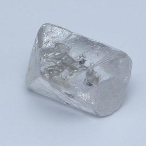 Dies ist der unbearbeitete Rohdiamant-Kristall. Er stammt aus Kanada.